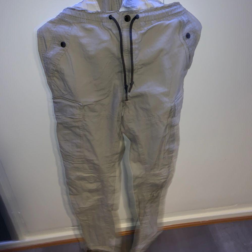 Feta cargo byxor från hm . Jeans & Byxor.
