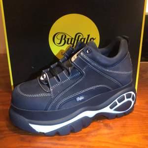 Sprillans nya Buffalo London skor i storlek 39. Färgen är super mörk marinblå. Priset kan gå att diskuteras!! Kontakta mig om du vill ha något tex andra bilder mm! = )