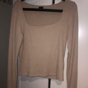 Säljer denna super sköna och mysiga tröja ifrån ginatricot. det är jötte härligt material och jag älskar den här tröjan!! säljer eftersom den tyvärr är för stor🙁