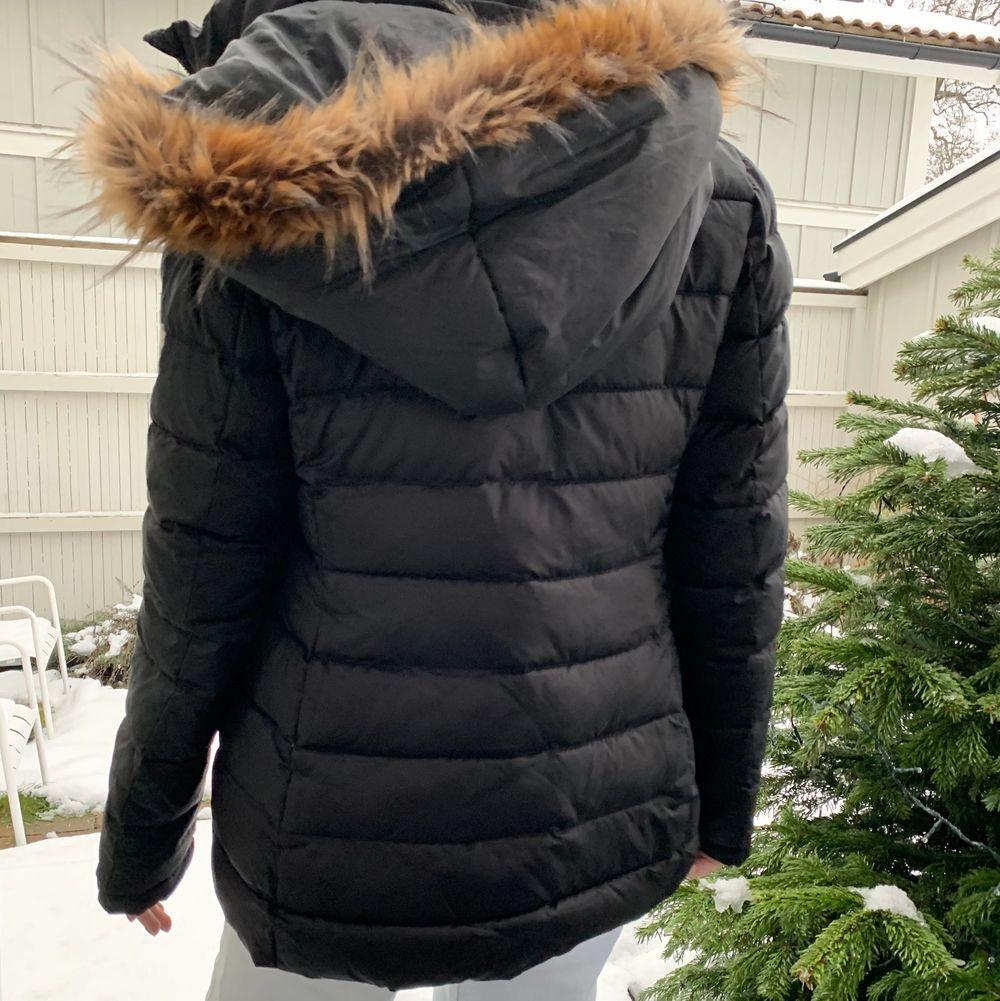 Säljer en jättevarm vinterjacka som är en lite längre modell och går precis över rumpan på mig som är cirka 166cm. Jackan är knappt använd, därav mycket bra skick. Luvan går att ta bort, originalpris cirka 2700kr, frakt tillkommer!🚚📦. Jackor.