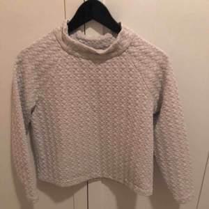 """Beige """"sweatshirt"""" med en liten polokrage från Only """"Studio"""". Väldigt fin kvalitet. Lite kortare i modellen."""