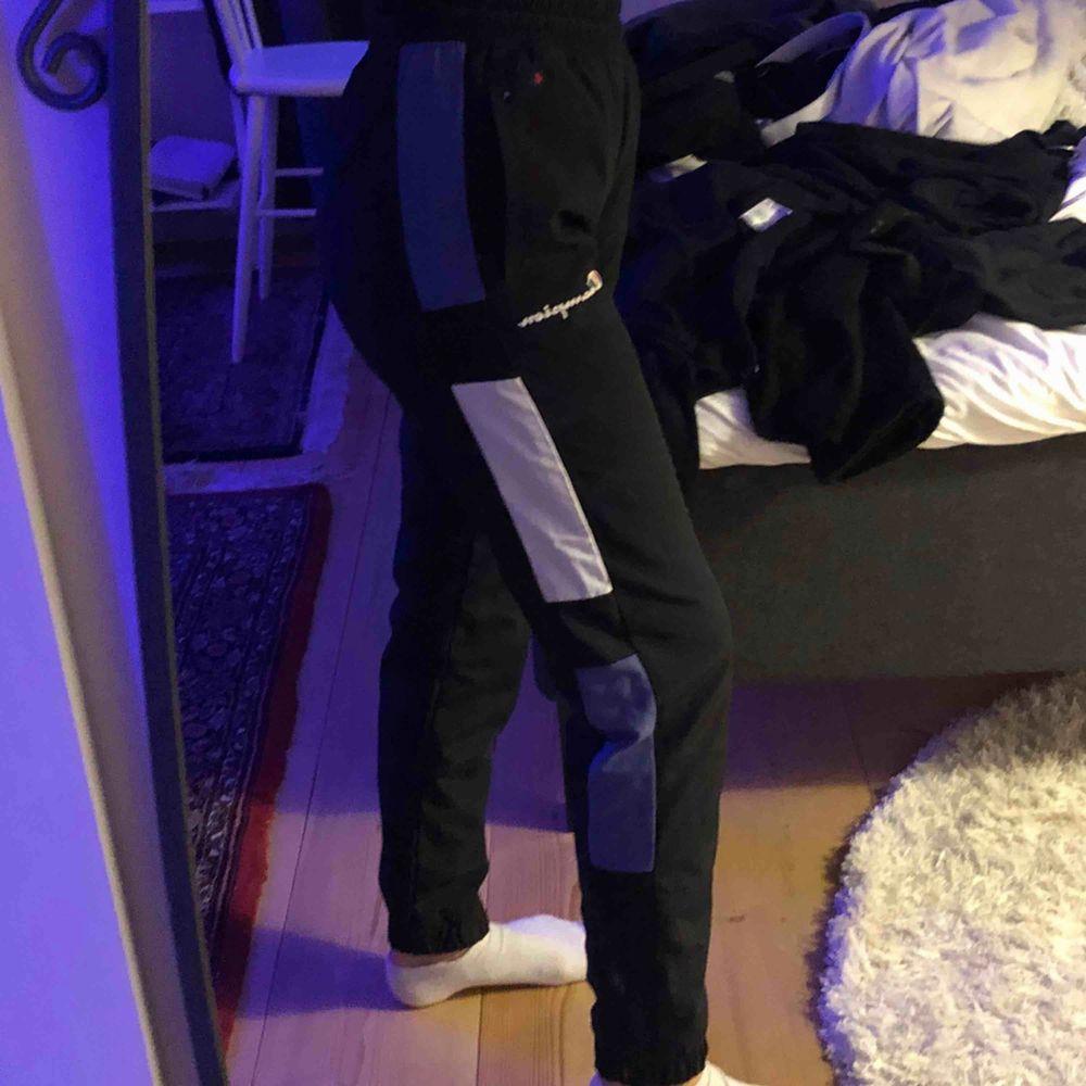Champion-mjukisar använda en gång. Assköna & nais men inte min stil:/ Jag e 1,67 & dom e bra längd på mig. Frakt ingår i priset! 🥰. Jeans & Byxor.