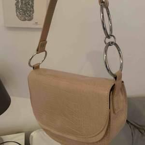 Väska köpt från Asos. Rymmer mycket. Beige snygg färg med ormskinn mönster🥰