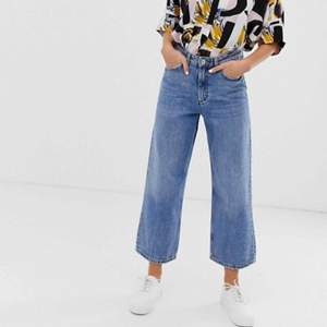Jeans från Monki: mozik, high waist, ljusblå, i storlek 26. Använda vid 1 tillfälle, sen insåg jag att jag köpt fel storlek 🙃 de är alltså i superfint skick! ✨ köparen står för ev fraktkostnad