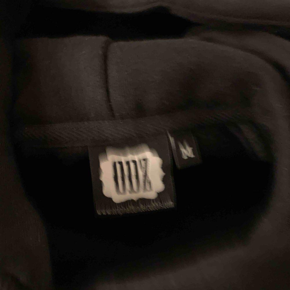 Eftertraktad ODZ Hoodie   ODZ - Hoodie - Storlek: Medium, fits Large - Skick 10/10 nyskick  - Färg: Svart - Nypris 600 - Pris: 1500 (OBS endast till collecters)  - Kvitto / Tagg finns ej    Kommer från ett djurfritt och rökfritt hem. Huvtröjor & Träningströjor.