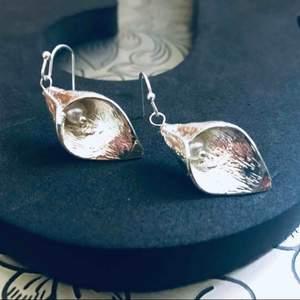 Vintage örhängen.Vackra eleganta silverpläterade blom klockor  med syntetiska sötvattens pärlor. Nya krock örhängen. * leveras med en tjusig etuiet. * snabb leveranstid:1-3 vardagar. Beställing Swich  0734072784
