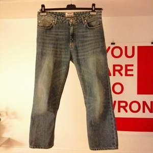Blå jeans från Acne, modell Pop LT vintage. Raka och cropped. Storlek 36 vilket jag tycker motsvarar M. Ca 85 cm i midjan.