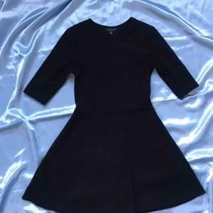Klänning från Topshop med lite utsvängd kjol. Köparen betalar frakt 🌸