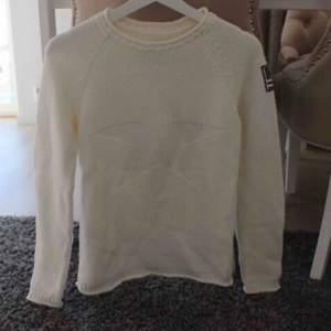 Så snygg stickad tröja från Bondelid 😍 Slutsåld, unik, inte lätt att få ta på en likadan ☺️ Använd två gånger men används aldrig längre. Frakt: 79:-