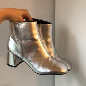 Snygga silver boots, silver skor, silver klackar. Jätte lätta och bekväma att gå i, använta en gång! Hör av er vid mer bilder! Passar storlekar från 36-37.