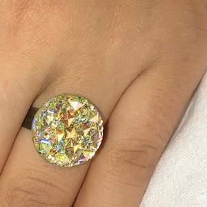 Superfin vit ring med ett kluster som glittrar superfint i ljuset, går att justera till önskad storlek.