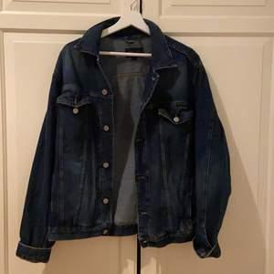 """En jätte fin GANT jeans jacka köpt second hand för 300kr. Säljer pga lite användning och lite för stor och inte riktigt min stil. Jag tror att det i """"manlig"""" storlek så den är ganska stor i storleken."""
