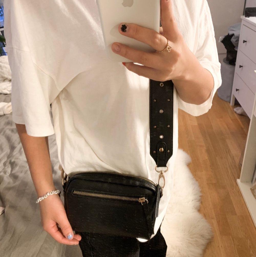 Superfin väska och tillhörande väskband. Säljs då den inte används 🥰 jättefint skick!!. Väskor.