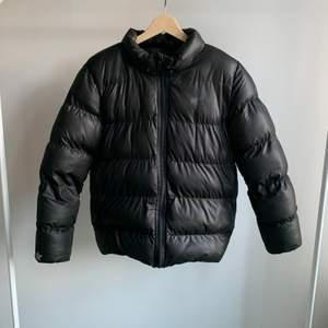 Intressekoll på Puffer jacket som påminner mycket om northface jackorna(är ej i dun), jackan är i barnstorlek 158/164 men passar s/xs och mig som är 163 lång(har försökt få bort reflex stjärnorna men syns frf lite svagt). Buda gärna om ni är intresserade💕