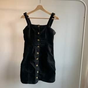 Svart mocka / jeans klänning från H&M, bra skick.Skriv om du är intresserad eller undrar något💕