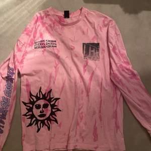 Säljer min snygga tie dye tröja från Urban outfiters. Sälj pga lite för stor för mig och kommer då inte till användning.. köpt för 579kr. Buda i kommentarerna!💋
