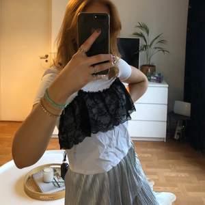Supersnygg t-shirt från Zara med coola spetsdetaljer på framsidan. (Baksidan är helt vit som en vanlig t-shirt). Skitsnygg till en najs kjol eller ett par ljusa slitna jeans 🤤 Inköpt på Zara för ett tag sen men fortfarande i väldigt fint skick då den knappt är använd 🤩