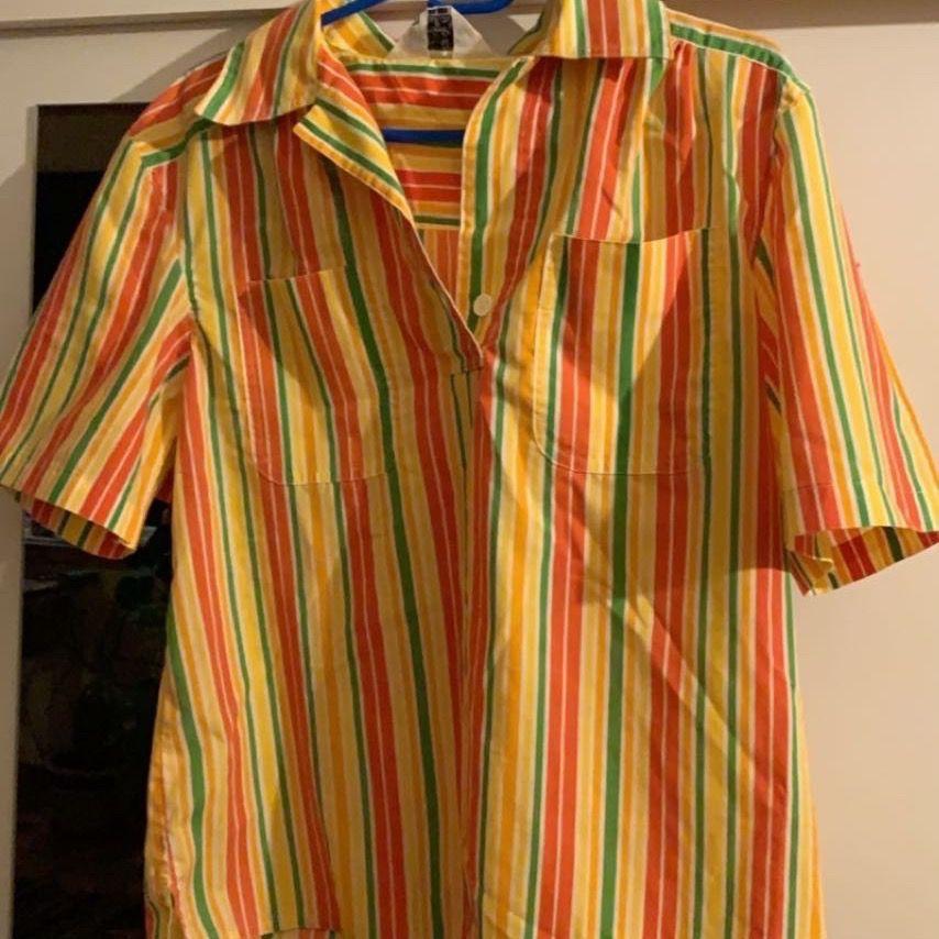 Riktigt häftig blus/skjorta i härliga färger!🌈 Inte mycket använd av mig men har lagat den i armhålan (skicka dm om du vill ha bild på det)🍒. Blusar.