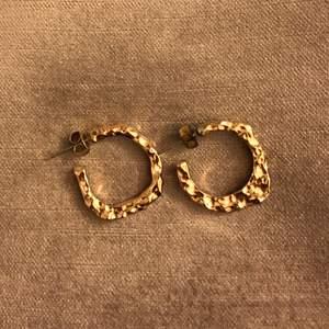 riktigt coola örhängen i guld!!