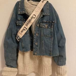 Säljer min jeans jacka med nitar, säljer även tröjan under
