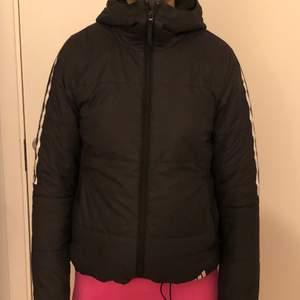 Jack köpte denna jacka för ca 2 år sedan jätte bra kvalite. längst ner på jackan kan man dra åt så den sitter tajtare eller lösare. jackan är inte använd mycket. nypris 1000 och säljer för 450+ frakt❤️