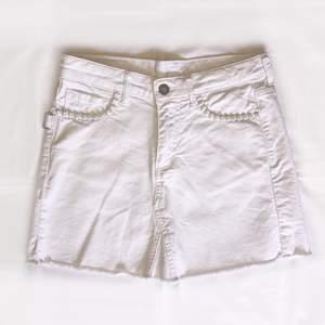 As snygg vit jeans kjol. Dödskallarna är en fin detalj på den vanliga vita jeans kjolen. Älskar denna kjol men den har blivit för liten så de är nog tid att sälja den. Det är en Zadig kjol och priset kan diskuteras. ❗️OBS köparen står för frakten❗️