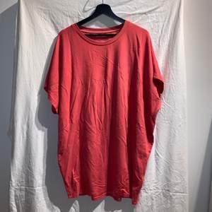 Oversize T-shirt från pull and bear. Endast använd 2gånger. Snygg att ha med skärp i midjan och ett par chunky sneakers. Säljer då det är fel färg för mig