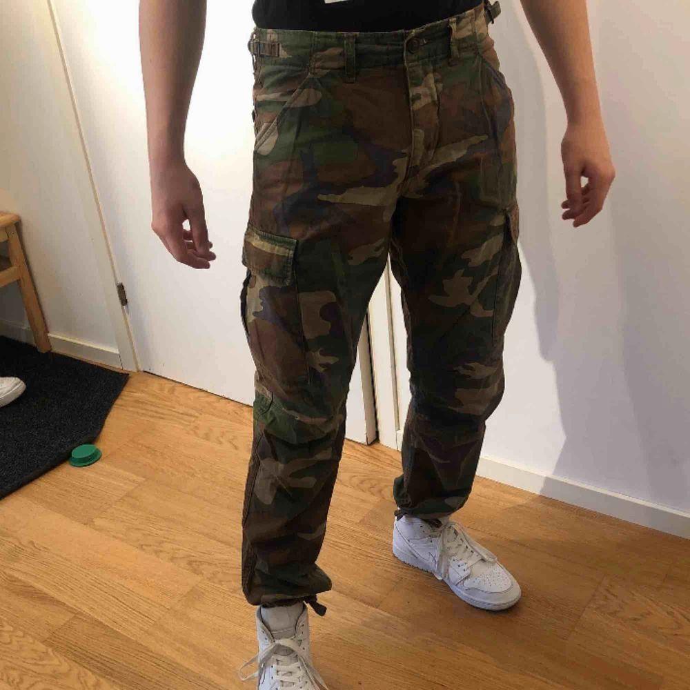 Cargo camouflage byxor i storlek M. Använda cirka 7 gånger. Köpta för cirka 1 år sen.. Jeans & Byxor.