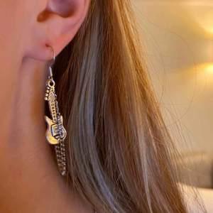 INTRESSEKOLL! På dess coola handgjorda örhängen. Har massa olika smycken kommer lägga upp fler om folk är intresserade🥰 frakt ca 10kr