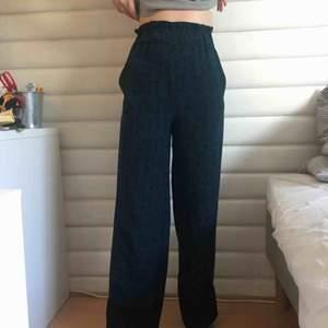Jättesköna byxor från monki i storlek XXS men skulle mer säga att det är en XS. Fraktar endast💕 Vill du köpa något annat av mig går alltid paketpris att fixa! 🌸