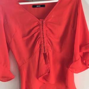 Supersöt röd topp från bikbok som passar perfekt till en sommar outfit