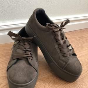 Ett par supersöta skor som jag även säljer i vinröd. Dem är ifrån pieces och är i storlek 38! Helt oanvända då dem är försmå. Frakt betalas av köparen👟