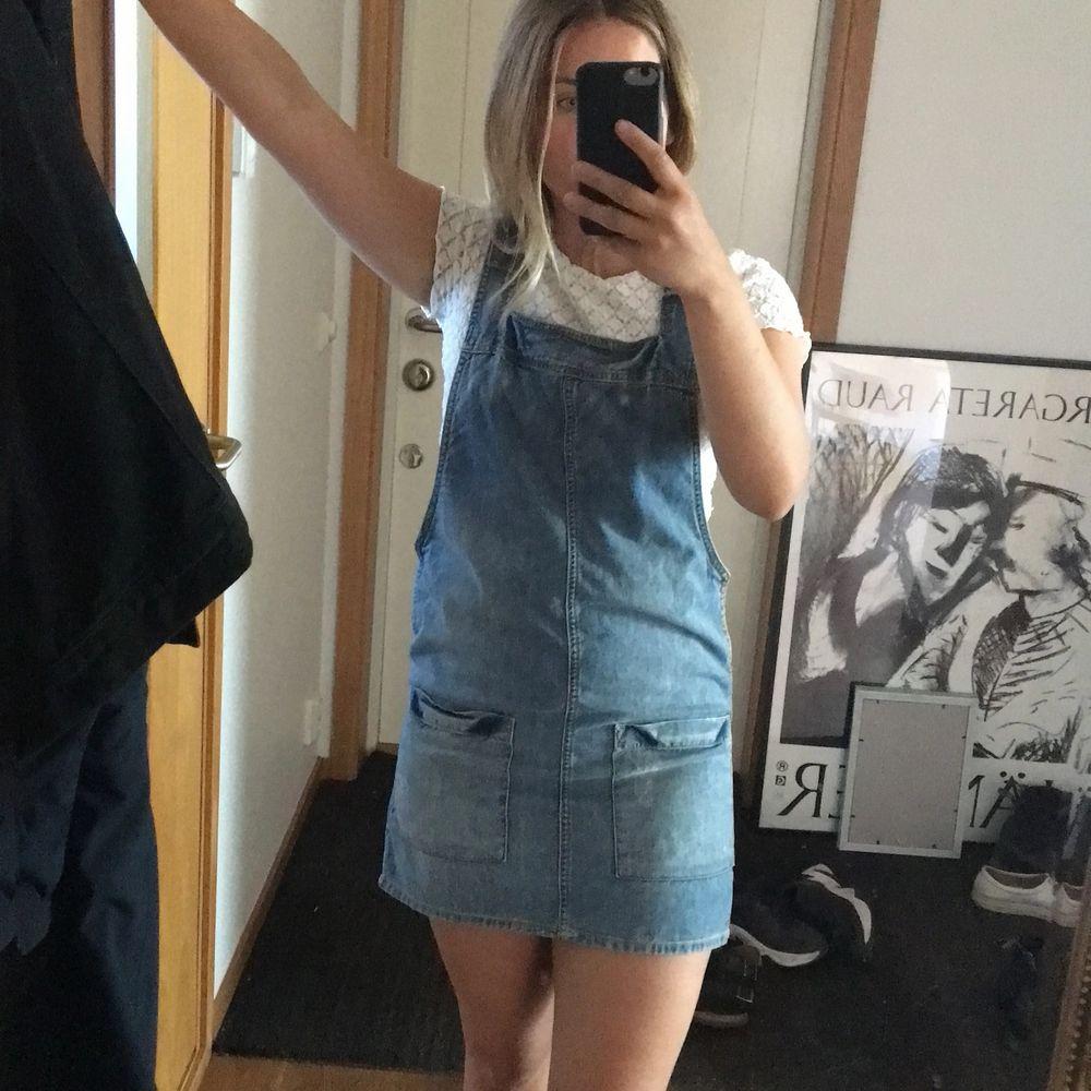 Hängselklänning från forever 21 som tyvär inte kommer till användning längre! Kan mötas upp i Stockholm annars står köparen för frakt . Klänningar.