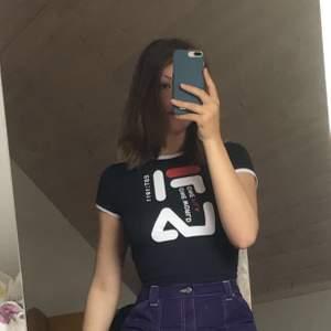 Säljer en skitsnygg marinblå Fila t-shirt i tightare modell!! Verkligen supersnygg och i jättefint skick!! Står storlek M i men skulle definitivt säga XS/S