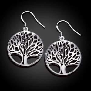 🌳NYA SILVER ÖRHÄNGEN LIVETS TRÄD 🌳 + PRSENT BOX Nya livets träd krock örhängen, silver stämpel 925. Ett träd kan bli 3000 år gammalt om man låter det vara därför är ett träd en symbolisk Hyllning till livet då ett träd vissnar aldrig . Varje år blommar de