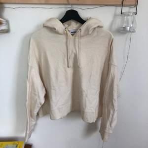 Beige cropped hoodie från weekday. Mycket sparsamt använd. Finns i Linköping. Frakt tillkommer.
