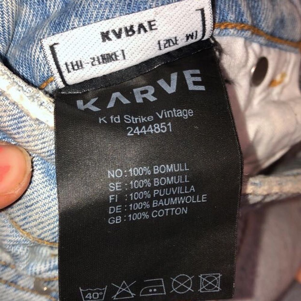 Säljer dessa skitsnygga mom jeans då de är för stora för mig. Endast använda en gång! Originalslitningar nere vid fötterna. Nästan toppskick! Ända felet är att lappen där bak saknas men är inget man tänker på. Skriv för mer info!❤️ pris kan diskuteras.. Jeans & Byxor.