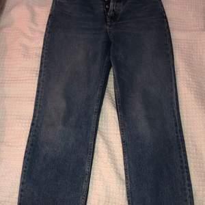 Jeansen är från Zara i storlek 38. Dessa sitter bra men är lite stora för mig. Ordinariepris 300 kr. Byxorna är lite kortare och har slitningar nedtill. Ingen gylf utan det är knappar. Bra passform!