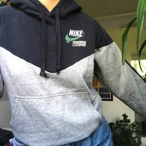 Jättefin Nike hoodie köpt på secondhand, säljs då den inte riktigt kommer till användning❤️