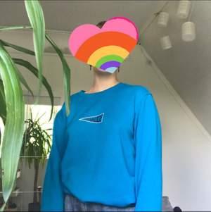 Jättefin blå sweatshirt köpt här på Plick, säljer då den inte kommer till användning. Tror att den var köpt från carlings från början