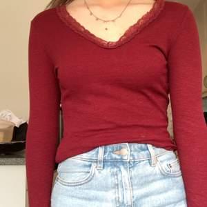 Mörkröd långärmad tröja från Primark med spets, använd ett fåtal ggr bara! Köparen står för frakten som antagligen ligger på 44 kr. Storlek XS tror jag!💞