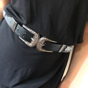Skärp från Zara, 100 cm som max. Fint skick men några nitar saknas. Hämtas i Borås eller postas (frakt tillkommer).