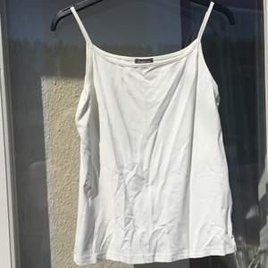 Enkelt linne i skönt svalt material. Storlek 40 men passar även 38. Sparsamt använt. 🌸FRAKT INGÅR I PRISET 🌸