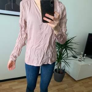 Rosa blus från Vila, storlek S (36). Aldrig använd, skrynklig på på bilden😅  fin till sommaren!