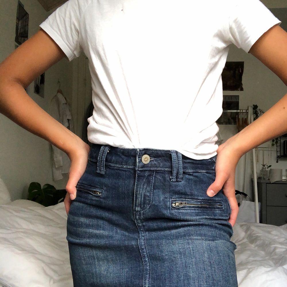 Minikjol i mörk jeans från hollister! Superskön och sitter på plats hela dagen utan att den åker upp. Knappt använd! Kan mötas upp i Malmö annars står köparen för frakt❤️. Kjolar.