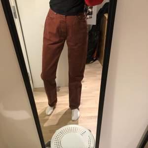 roströda jeans från Levi's! Insydda för att passa W27-28 och långa i benen! Passar inte mig så är aldrig använda men knappt släppa dom ändå 😢 kontakta min om ni har frågor!