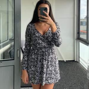 Svartvit mönstrad klänning från Abercrombie & Fitch, använd ett få tal gånger. Köparen står för ev fraktkostnad
