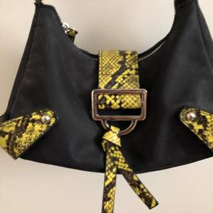 snygg och trendig väska från asos! slutsåld på hemsidan, pris kan diskuteras och frakten står köper för om ingen annat sägs🦋