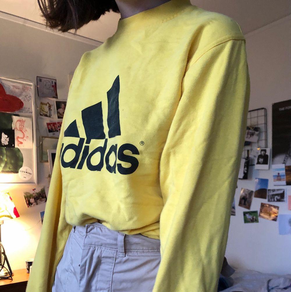 En vintage sweatshirt från adidas med en rakare modell 💛🧡 supersjuk och passar de flesta mellan XS till L 🧡💛 köpt på humana . Tröjor & Koftor.
