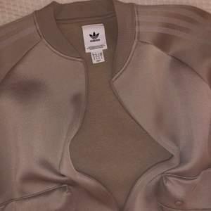 Adidas jacka ej använd, snygg och fräsch i storlek M, lite oversized i passform